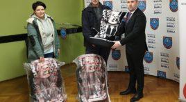 ŽABALJ: Dodeljeno 60 dečjih autosedišta roditeljima sa teritorije opštine